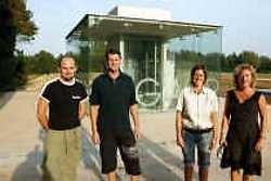 Jan Creus (Tabasco), bakker Vincent Gozin, Kathleen Snauwaert (De Genieter) en Nouch De Vlieger (kledingzaak Nouch) voor de nieuwe ondergrondse parking aan den Boomgaard.