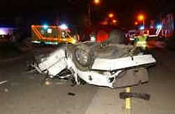 Een jonge bestuurder werd donderdagavond op slag gedood toen zijn auto in de Kwabrugstraat in Bellegem uit de bocht ging en te pletter sloeg op een paal.