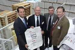 Burgemeester Marc Van de Vijver van Beveren (rechts) met topmensen van DuPont en Katoennatie.