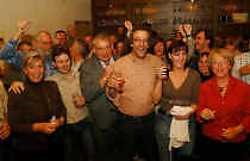 De CDE vormt de komende zes jaar een coalitie met Groen! Staf Willemsens (midden, met baard en bril) wordt burgemeester.