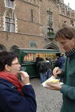 De twee frietkoten op de Brugse markt zijn goudmijnen... voor het stadsbestuur.