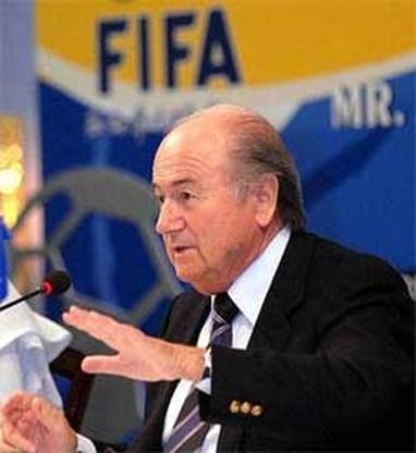FIFA-baas Blatter komt met nieuw idee: 4 lijnrechters