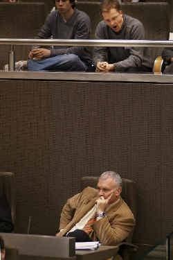 Jean Marie Dedecker zat gisteren voor het eerst op zijn nieuwe plaats. ,,Ik wil verantwoording afleggen aan de kiezer, dus moet ik deelnemen aan de verkiezingen'', zei hij.