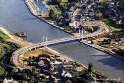 De nieuwe brug over het Albertkanaal in Kanne, pas in gebruik, nu al vereeuwigd op foto
