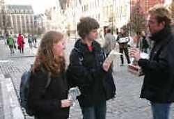LEUVEN Animo-Leuven heeft op de Oude Markt in Leuven condooms uitgedeeld, onder andere aan de leerlingen van het Heilig-Drievuldigheidscollege. Met deze actie wil Animo de discussie starten over condoomautomaten op school. Nu heeft slechts een minderheid