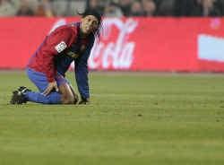Barcelona presteerde erg zwak in de derby. Ook Ronaldinho kon zich niet doorzetten.