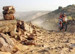Marc Coma won met zijn KTM de achtste etappe tussen Atar en Tichit. De Spanjaard voert het algemene klassement aan.