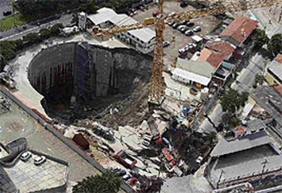 Krater slokt voorbijgangers op in Sao Paolo