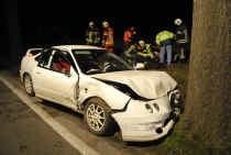 RAVELS Aan de Arendonksesteenweg in Ravels gebeurde gisteravond even voor 19 uur een ernstig verkeersongeluk. Volgens de eerste vaststellingen raakte de wagen van de weg af en botste hij vervolgens tegen een boom om tot stilstand te komen tegen een tweede