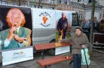 ANTWERPEN De Antwerpse volkszanger Stafke Fabri, die één jaar geleden overleed, heeft een eigen zitbank. Op de Groenplaats werd zaterdag een bank onthuld waarop Stafkes naam met een gouden plaat is aangebracht. De zitbank verhuist nu naar Linkeroever waar