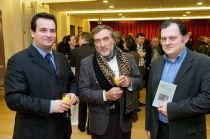 Kersvers schepen van cultuur Kris Declercq, auteur Eric Derluyn en Gino Dehullu van de cultuurdienst.