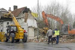 De twee onbewoonbaar verklaarde huisjes werden gesloopt.