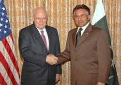 De Pakistaanse president Pervez Musharraf en de Amerikaanse vice-president Dick Cheney.