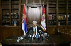 De Servische president Boris Tadic noemde het arrest van het Internationaal Gerechtshof 'belangrijk' en riep op tot een zo snel mogelijke arrestatie van allen 'die verantwoordelijk zijn voor oorlogsmisdaden'.