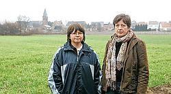 Rita Decock en Marleen Roelants: ,,Het woonuitbrei-<br>dingsgebied staat te weinig in verbinding met het dorp.''<br>Koen Merens<br>