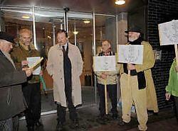 Luc Versteylen van de actiegroep leest een tekst voor, in het midden luistert burgemeester Marc Van de Vijver. Paul De Malsche<br>