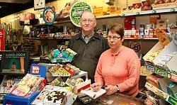 Ronny Delcart en zijn echtgenote kregen in hun krantenwinkel al meermaals inbrekers over de vloer.<br>Herman De Wit<br>