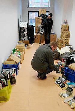 De gerechtelijke politie toont een deel van de gerecupereerde buit in de Blaironkazerne in Turnhout. Lily Leys<br>