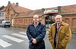 Schepen Didier Vandeputte en Johan Denolf, directeur van de Izegemse Bouwmaatschappij, die de vroegere klaslokalen, de turnzaal en de kapel willen omvormen tot woongelegenheden.  Stefaan Beel