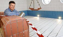 Sportfunctionaris Paul Deruyck in het drooggelegde peuterzwembad. Tot 5 maart wordt hier niet gezwommen om uit te zoeken of het bad, dat zich pal boven zijn bureau bevindt, de oorzaak is van de waterinsijpeling.<br>David Stockman