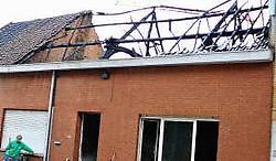 ZEMST  Hoewel het nog niet met zekerheid kan gezegd, is een kortsluiting de vermoedelijke oorzaak van een brand in een leegstaande woning aan de Cardijnstraat 4 in Eppegem. Buren werden gewekt door een brandgeur en verwittigden de brandweer. Toen die er a