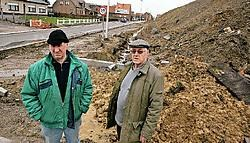 Pierre Verhelst en Gerard De Ridder zijn blij dat de huizenhoge modderhoop zal worden weggehaald.<br>Koen Merens<br>