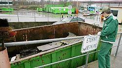 Als bezoekers golfplaten met asbest in de container gooien, kunnen die breken, wat een giftige stofwolk veroorzaakt. Eddy Van Ranst<br>