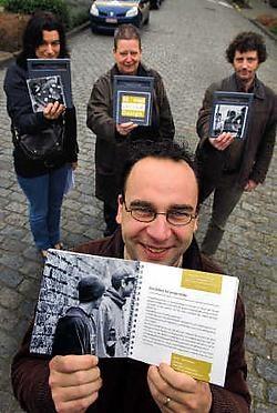 De Kuurnse schepen van Sociale Zaken Francis Benoit toont de brochure '30 maal sociaal design', achteraan de ontwerpers van de brochure. Patrick Holderbeke<br>