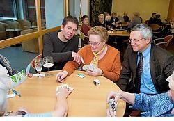 Directeur Philippe Schollaert (links) en OCMW-voorzitter Geert Depondt (rechts) helpen de kaartende dames een handje.  Stefaan Beel