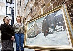 Betty en Pascale Vanaudenhove met een werk van de Diestse kunstschilder War Macken.Jef Collaer<br>