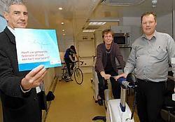 Eric De Bruyne, Christophe Maes en gedeputeerde Marleen Titeca-Decraene testen hun conditie in de sportmobiel.  Michel Vanneuville<br>