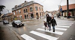 De school is uit. Er is weinig parkeerplaats voor de auto's van de ouders en doorgaand verkeer passeert er snel.Jef Collaer<br>
