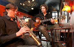 Gitarist Filip Verneert en saxofonist John Snauwaert: ,,We houden het wel in de hand, denk niet dat het hier elke woensdag-<br>avond een complete chaos is.'' Frederiek Vande Velde<br><br>