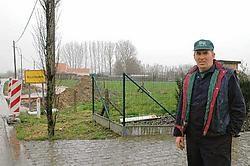 Frans Galle op de strook grond die onteigend wordt om de twee fietspaden op de gemeentegrenzen te verbinden. Guy Van <br>Den Bossche