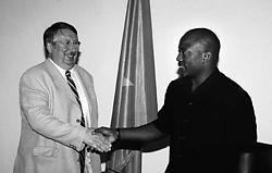André Flahaut (links) op bezoek bij president Kabila, in augustus 2004.belga<br>