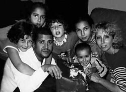 Geneviève Lhermitte met haar man en kinderen (vlnr.) Mina (8), Norah (12), Myriam (10), Yasmine (14) en Mehdi (3).<br> Bernard Demoulin<br>