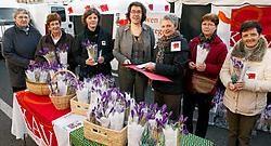 Annick Willems (midden), burgemeester van Sint-Laureins, kreeg op de markt in Eeklo krokussen aangeboden namens KAV Oost-Vlaanderen. In haar gemeente is het college gelijk verdeeld. Vacas