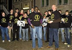 Schepen Wouter Van Bellingen (Spirit) ontving aan de Grote Markt van Sint-Niklaas de eerste actiesticker en het eerste T-shirt. Luc Verstraeten
