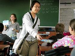Nikki Van der Zeypen en Lorily Simon deelden de eerste pasjes uit aan de kinderen van de zesde klas en het eerste jaar secundair onderwijs. Inge <br>Van den Heuvel<br>