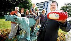 Peter Raats poseert met een gadgetvorm van de Puff Marshie. Tamara Opdebeeck en het organisatiecomité kijken toe. Wim Kempenaers <br>