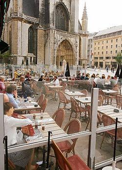 De ware zonneklopper moet op tijd van stoel en van café veranderen.fvv