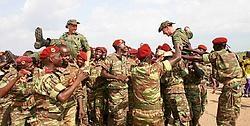 Na het behalen van het brevet <br>droegen de para's van Benin<br> de instructeurs op handen.rr<br>
