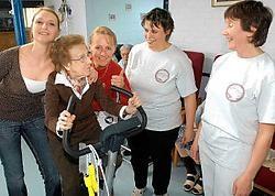 In het <br>wooncentrum Vanderstokken konden <br>senioren <br>sporten <br>met <br>jongeren.<br>Yvan <br>De Saedeleer