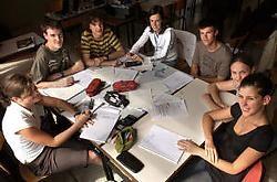 Janne Minne, Benoit Messiaen, Thomas Catteeuw, Ruth Ollivier, David Deman, Davina Malfait en Liedeij Wybaillie vergaderen over hun Minimobielbedrijfje.Patrick Holderbeke<br>
