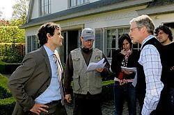 Regisseur Jan Verheyen bespreekt het script met Koen De Bouw (links) en Filip Peeters (rechts). <br>Koen Fasseur<br>