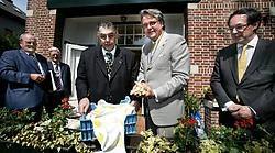 Schepen Philip Heylen krijgt de eerste asperges cadeau van de Nederlandse consul. Wim Kempenaers <br>