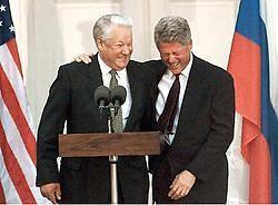 Boris Jeltsin en VS-president Bill Clinton tijdens een aanval van slappe lach, op een persconferentie in 1995.afp<br>