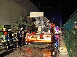 Omdat giftige rook vrijkwam, moesten de brandweerlui met perslucht het bedrijf Cramet betreden. <br> Guy VanDen Bossche<br>