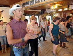 Countrydansers leven zich uit in de Ledenbergse Saloon Yvan De Daedeleer<br>
