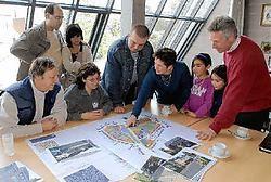 Schepenen Els Empereur en Nico Vissers tonen enkele geïnteresseerde omwonenden de omvang van het gebied Kruispad. rr<br>